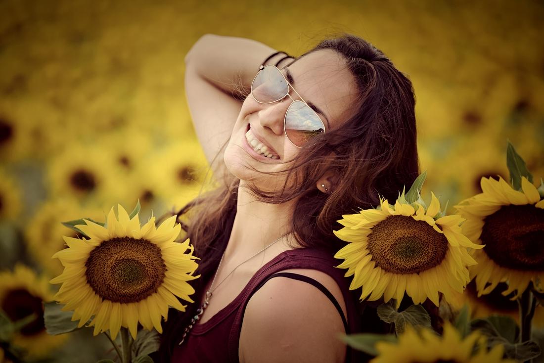усмихнатата деси в слънчоглед