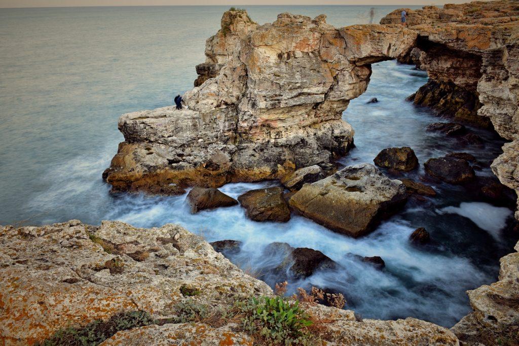 скали и вълни
