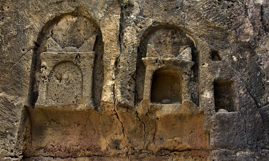 гробници, вкопани в скалите